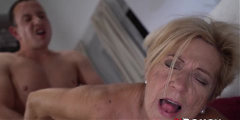 Mesmerizing GILF Malya gets dripping wet facial after sex